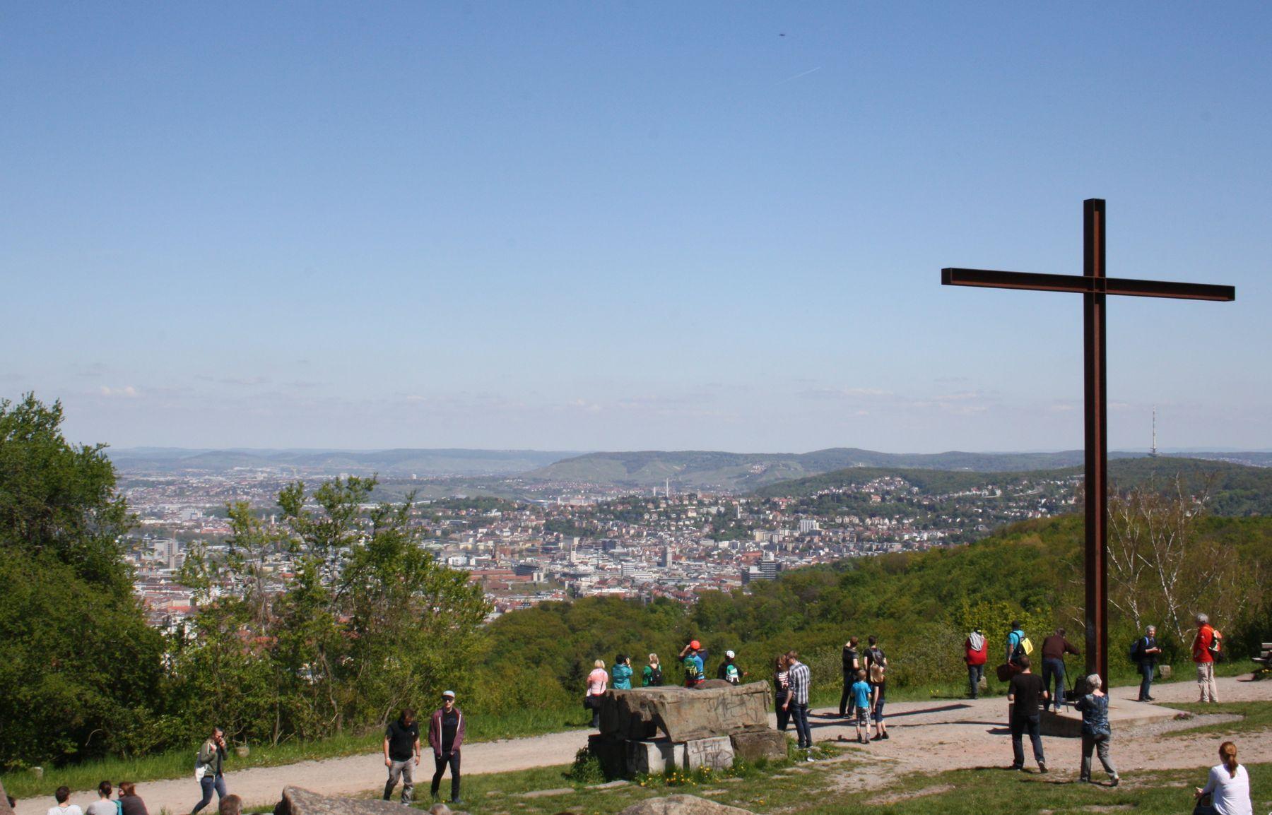 Blick von der höchsten Stelle des Birkenkopfes über das Plateau des Berges über Stuttgart