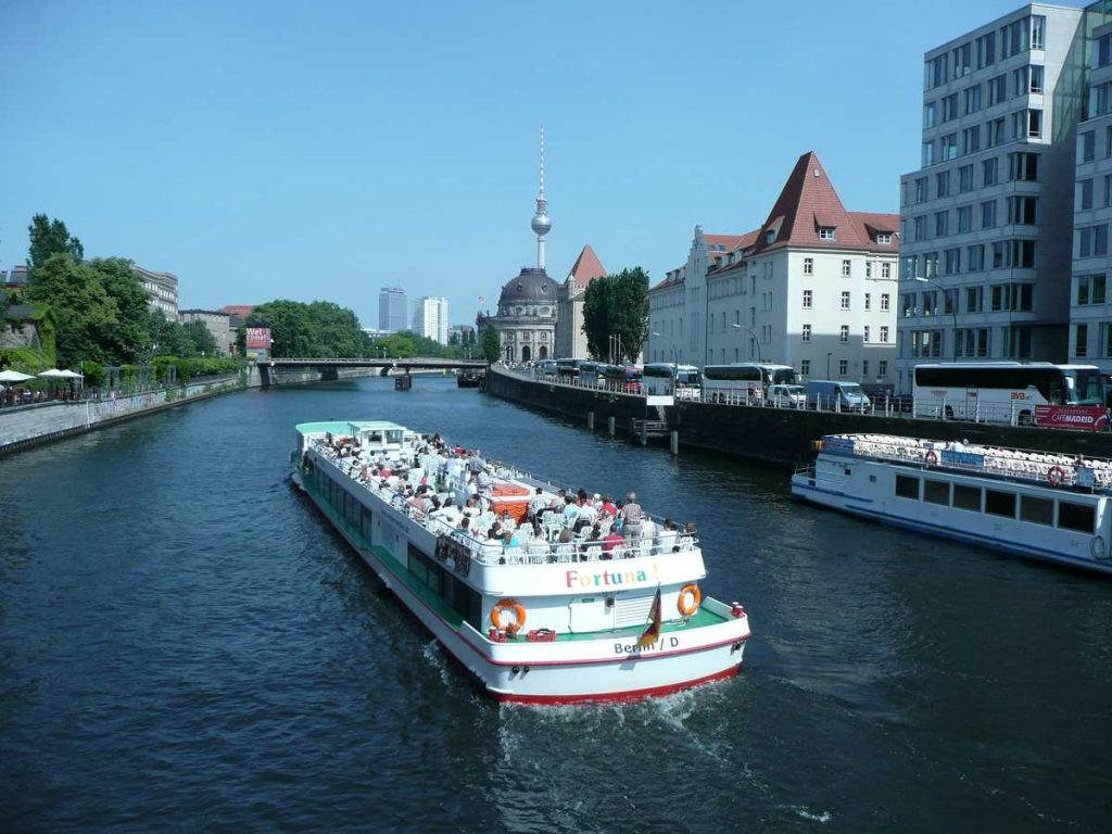 Berlin kann man bequem per Schiff erkunden