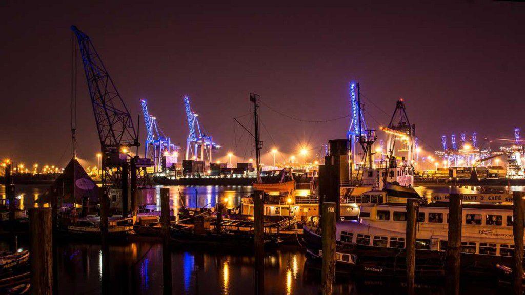 Hamburgs Hafen bei Nacht