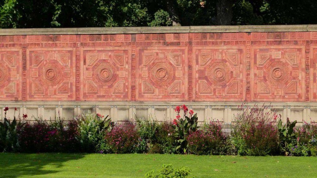 Mauer mit maurischen Insignien am Rand der Wilhelma