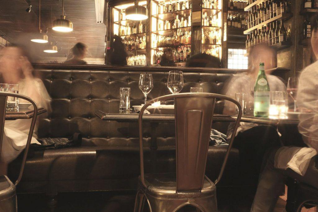 In der Bar oder dem Café um die Ecke mit Einheimischen
