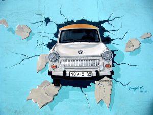 East Side Galerie: Trabant der aus der Mauer bricht