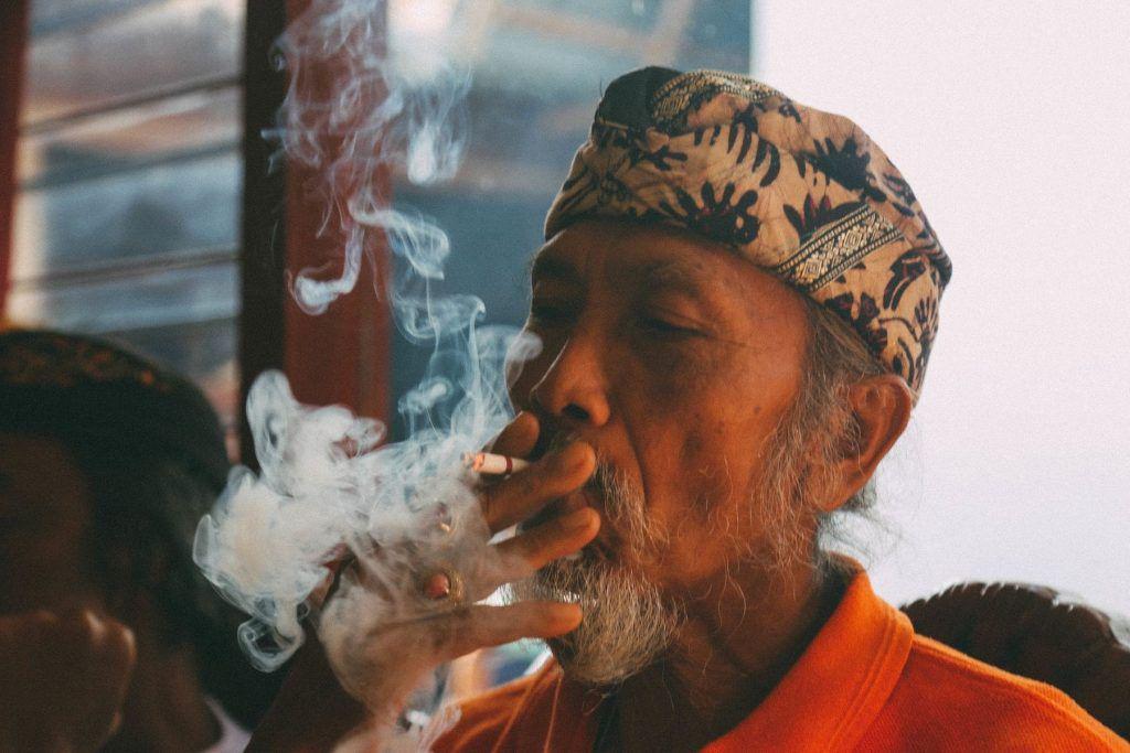 Viel Rauch um nicht? Beim Rauchen sollte man sich an die geltenden Gepflogenheiten im Urlaubsland halten.