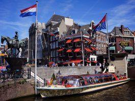 Boot in einer Gracht in Amsterdam
