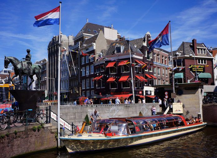Boot in einer Gracht in Amsterdam