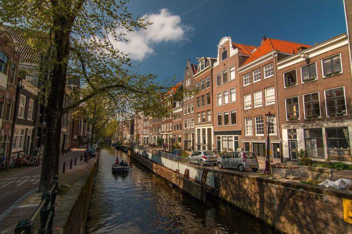 Backsteinhäuser an einer Gracht in Amsterdam