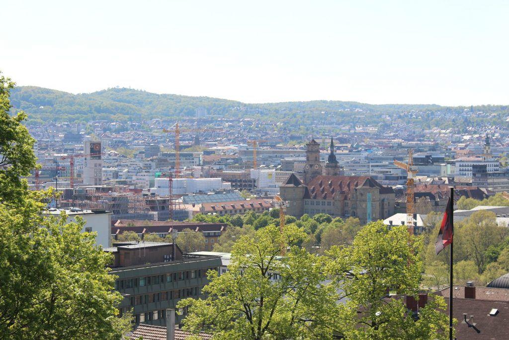 Vom Eugensplatz aus hat man einen schönen Blick auf die Stuttgarter Innenstadt (hier: Schloss und Stiftskirche)