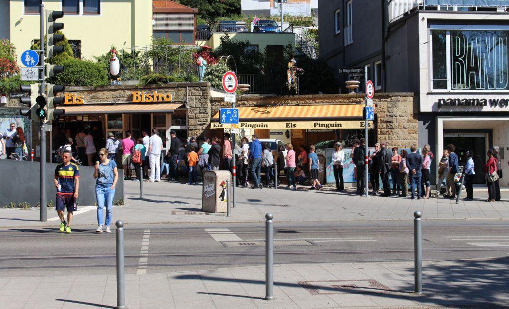 Eiscafe Pinguin am Stuttgarter Eugensplatz: Eigentlich immer mit Schalnge-Stehen