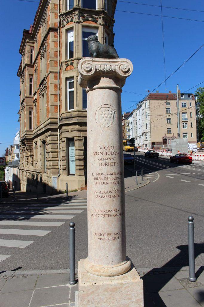 Säule zu Ehren von Loriot am Stuttgarter Eugensplatz
