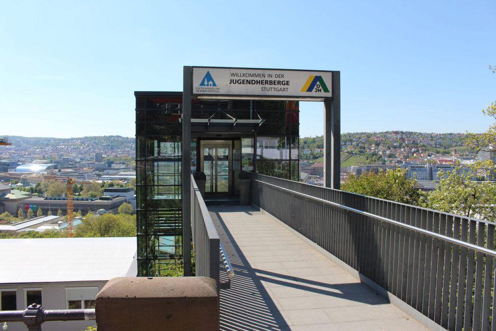Blick vom Eingang der Jugendherberge oberhalb des Eugensplatzes über Stuttgart