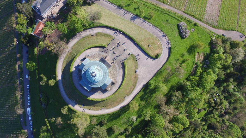 Blick von oben auf das Mausoleum auf dem Württemberg (Rotenberg)