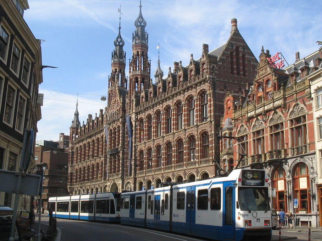 Das ehemalige Postamt Amsterdams - heute das Magna Plaza