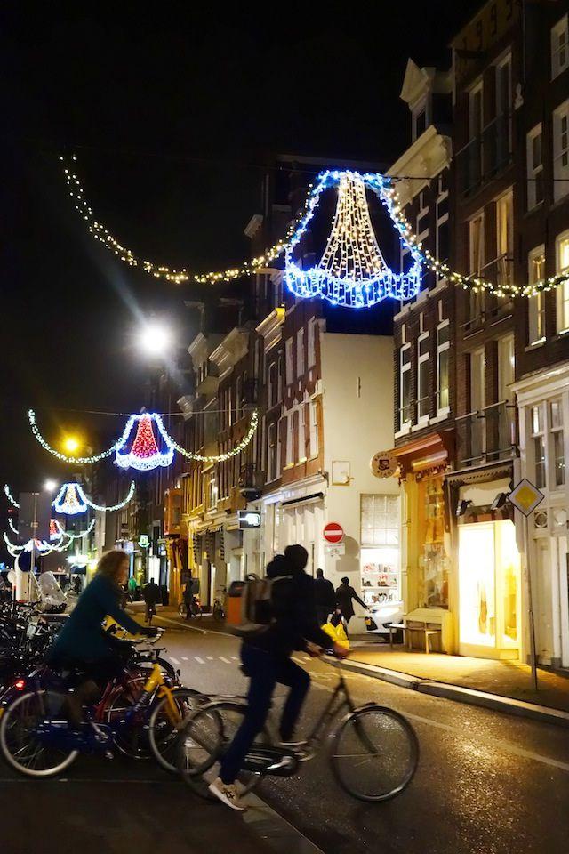 Haarlemmerstraat bei Nacht mit Weihnachtsdeko