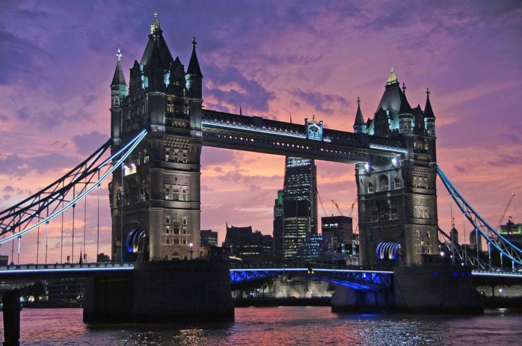 Die Tower Bridge nach Sonnenuntergang
