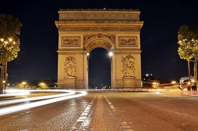 Gehört zu den Sehenswürdigkeiten in Paris: Der Arc de Triomphe bei nacht