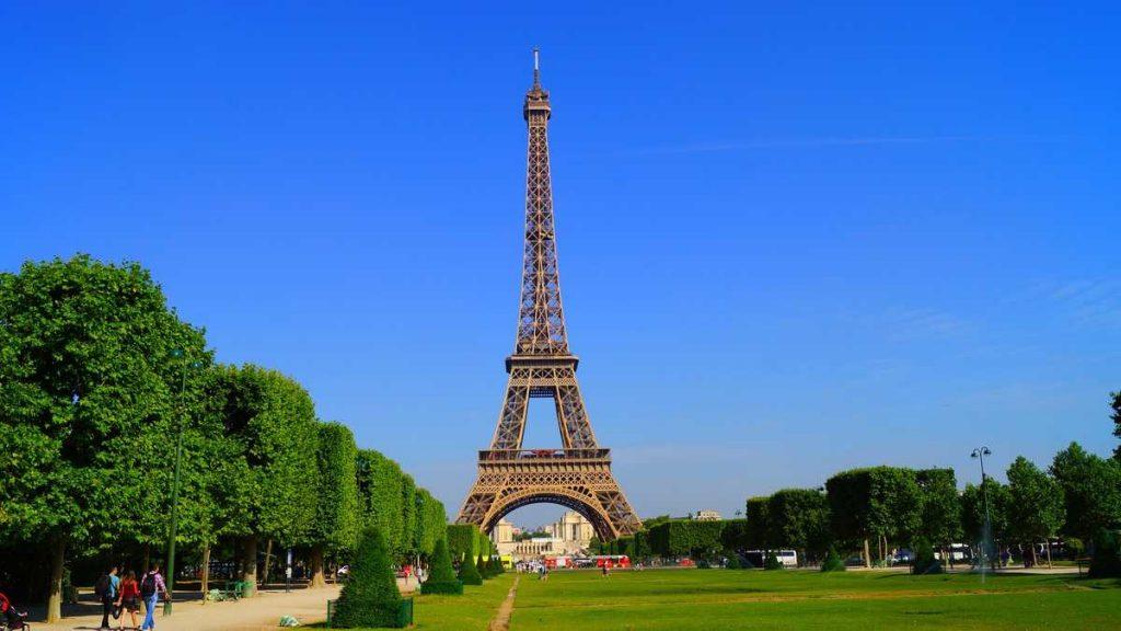 Der Eiffelturm - vom Marsfeld gesehen