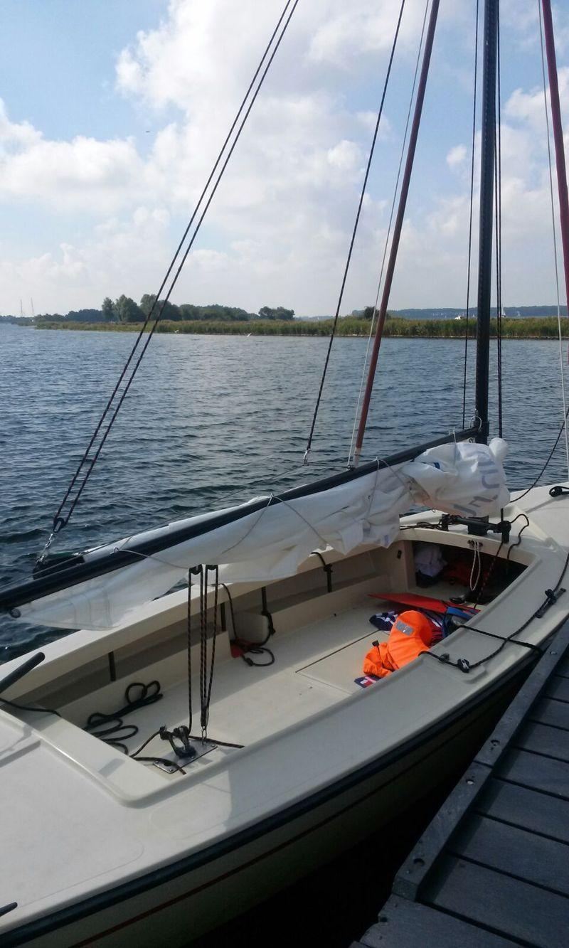 Ein offener Polyvalk (ca. 6 Meter lang) . In den Niederlanden kann man ohne Segelschein segeln.