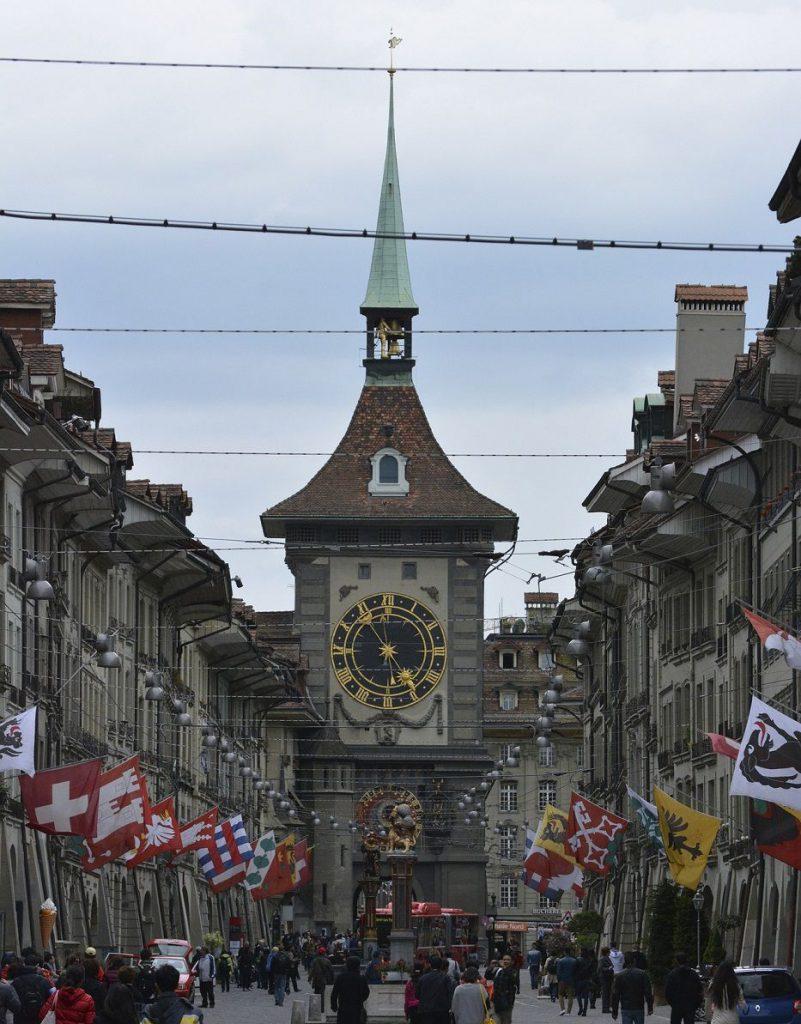 Zytglogge und Gerechtigkeitsgasse mit Laubengängen in der Berner Altstadt