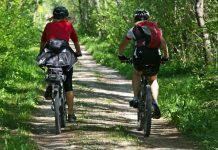 Zwei E-Bike-Fahrer auf einer Tour